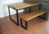 Mesa de jantar e banco de ferro com tampo de madeira